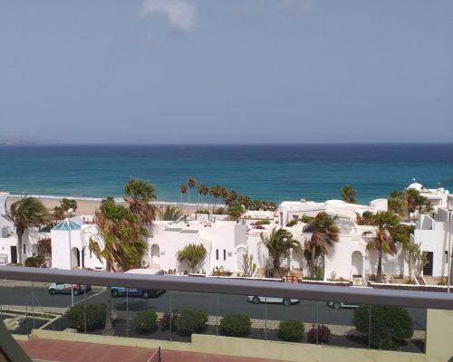 Türkisfarbener Ozeanblick vom Balkon