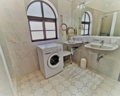 Doppelwaschbecken und Waschmaschine