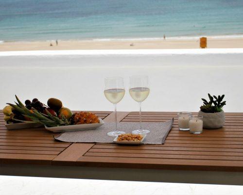 Bei einem Glas Wein den traumhaften Meerblick genießen