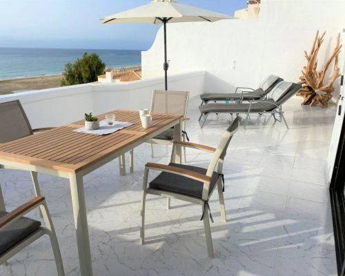 Großzügige Terrasse mit Sitzgruppe und Sonnenliegen